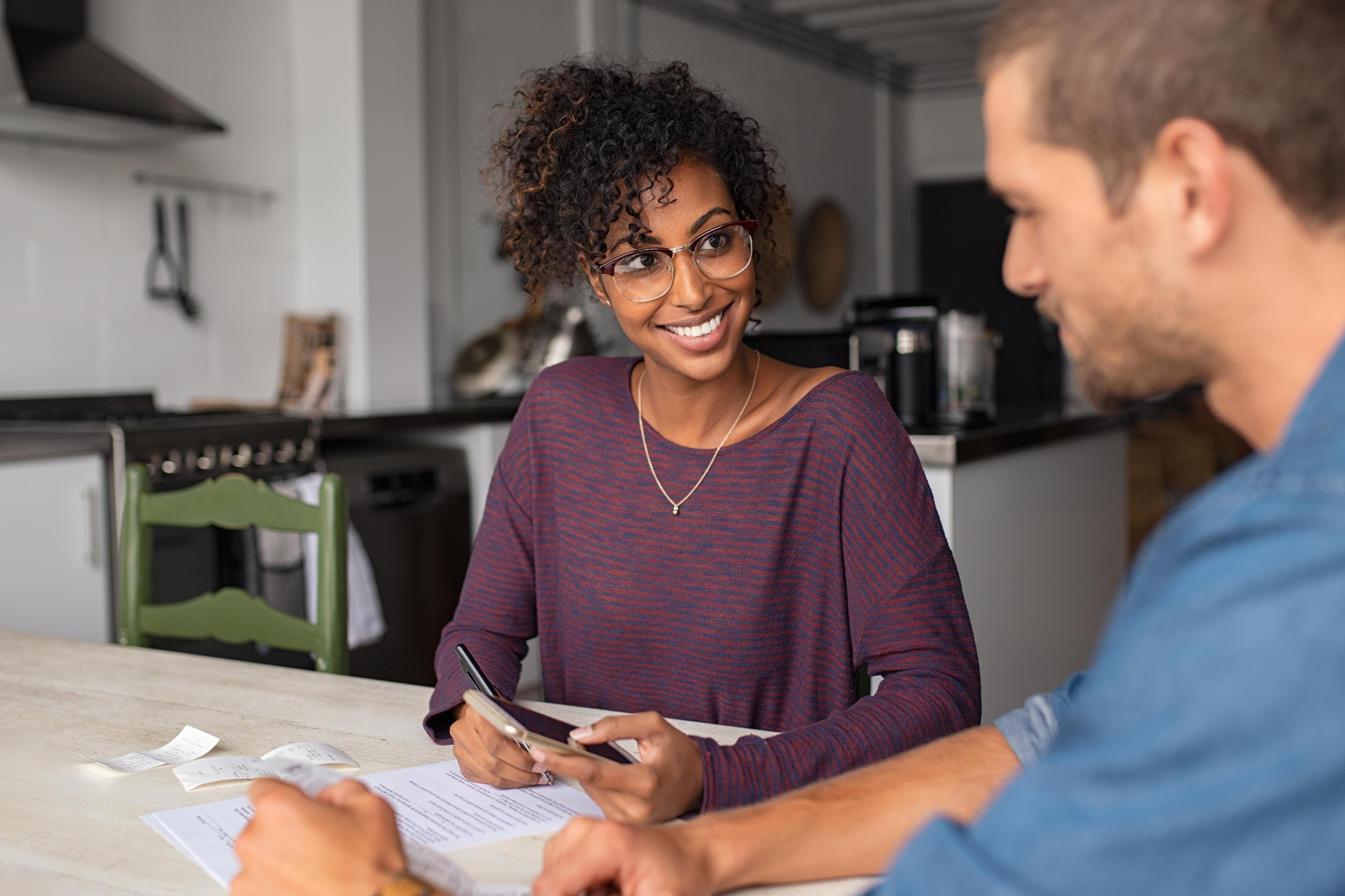 imagem_horizontal_2_construir_disciplina_financeira casal étnico-diverso organizando as finanças juntos e felizes