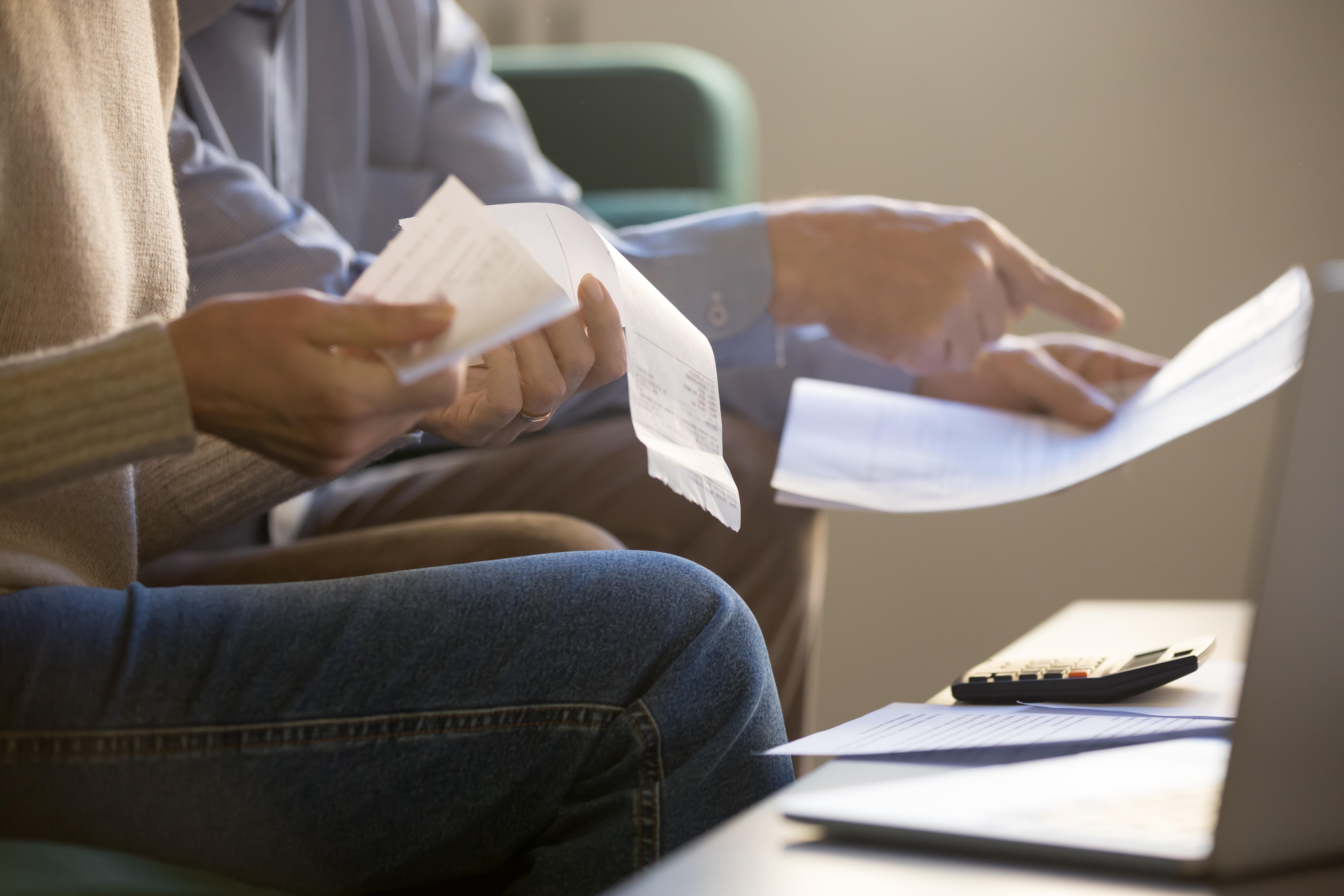 Matéria MBD - Cheque Especial - casal com contas, calculadora. Palavras-chave: dívidas, orçamento, cheque especial