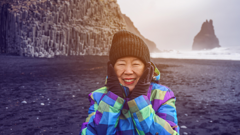 Matéria MBeD - Caminhos para previdencia - Mulher asiática sênior, tendo drean viagem viagem para Icealand, perto de praia