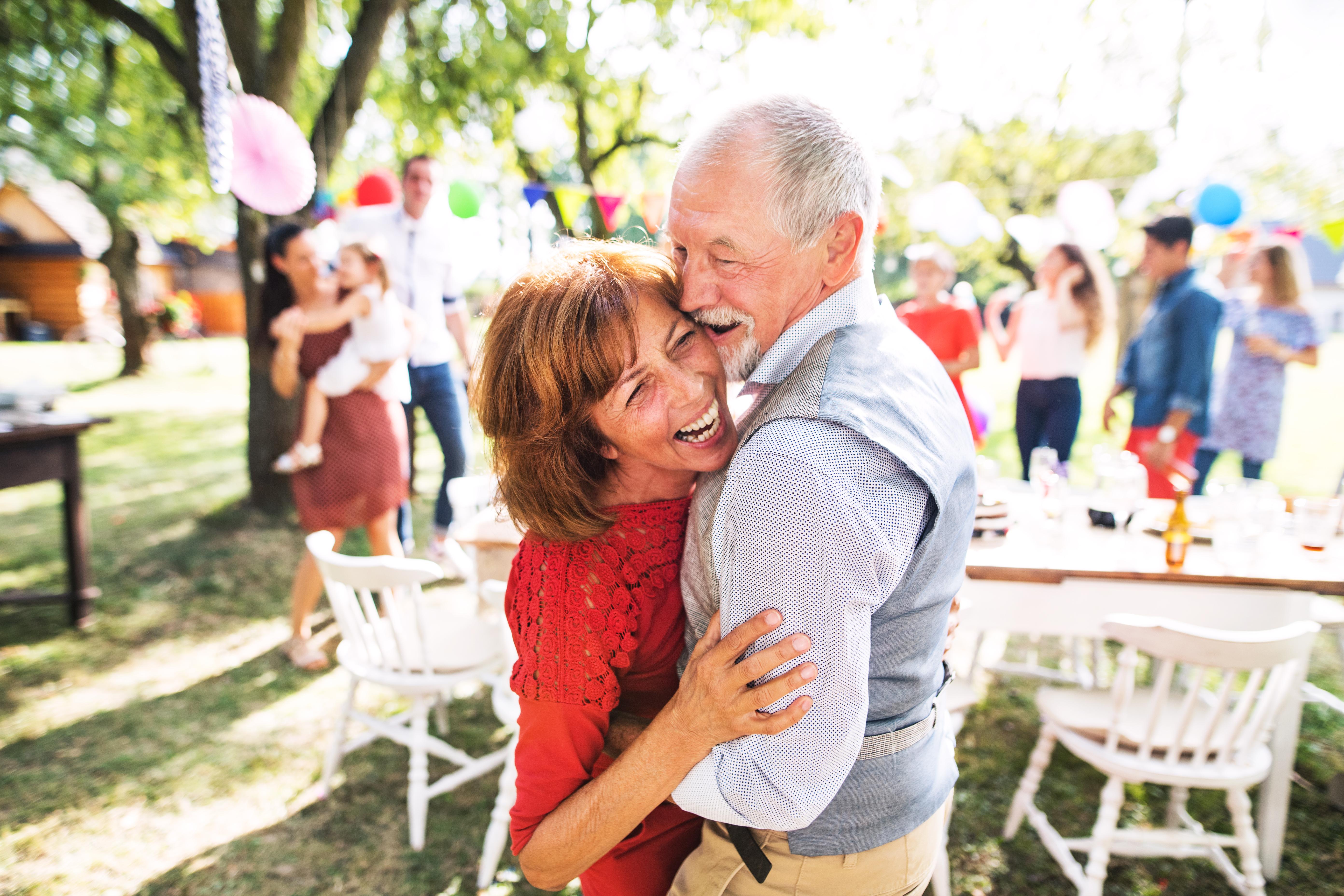 Matéria MBD - Dia dos Pais - Um casal sênior dançando em uma festa no jardim lá fora no quintal. - palavras-chaves:Eslováquia, Terceira idade, Dançar, Casal, Família