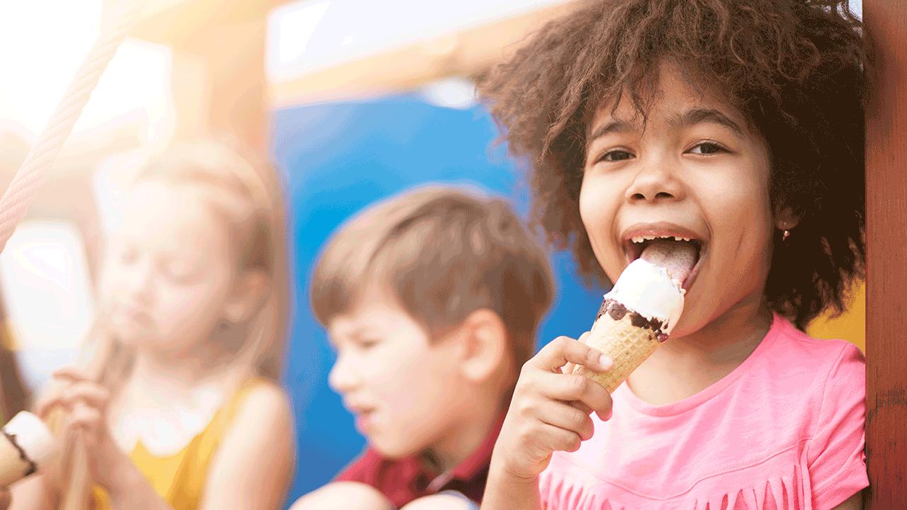 educação financeira para crianças de diferentes idades. menina tomando sorvete