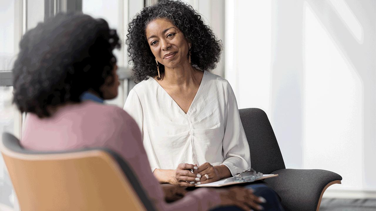 Mulheres conversando. Apoio Psicológico. Equilíbrio financeiro, físico e mental.