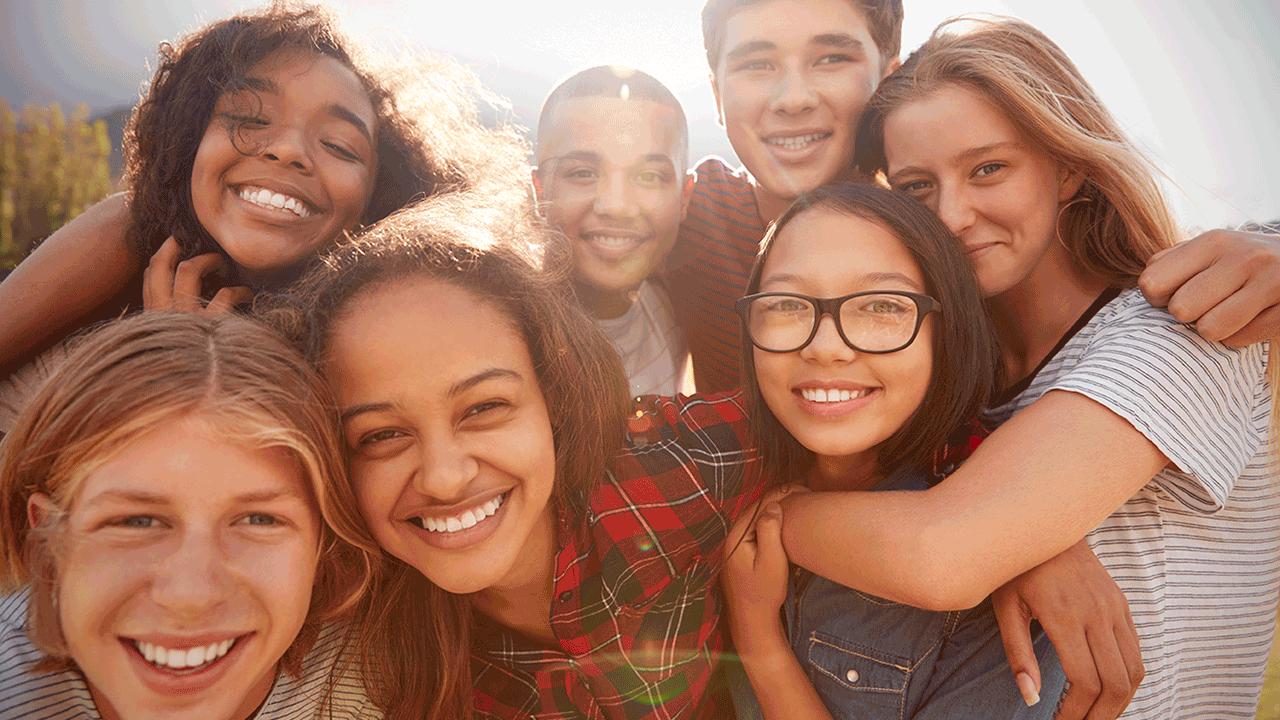 educação financeira para crianças de diferentes idades. grupo de jovens.
