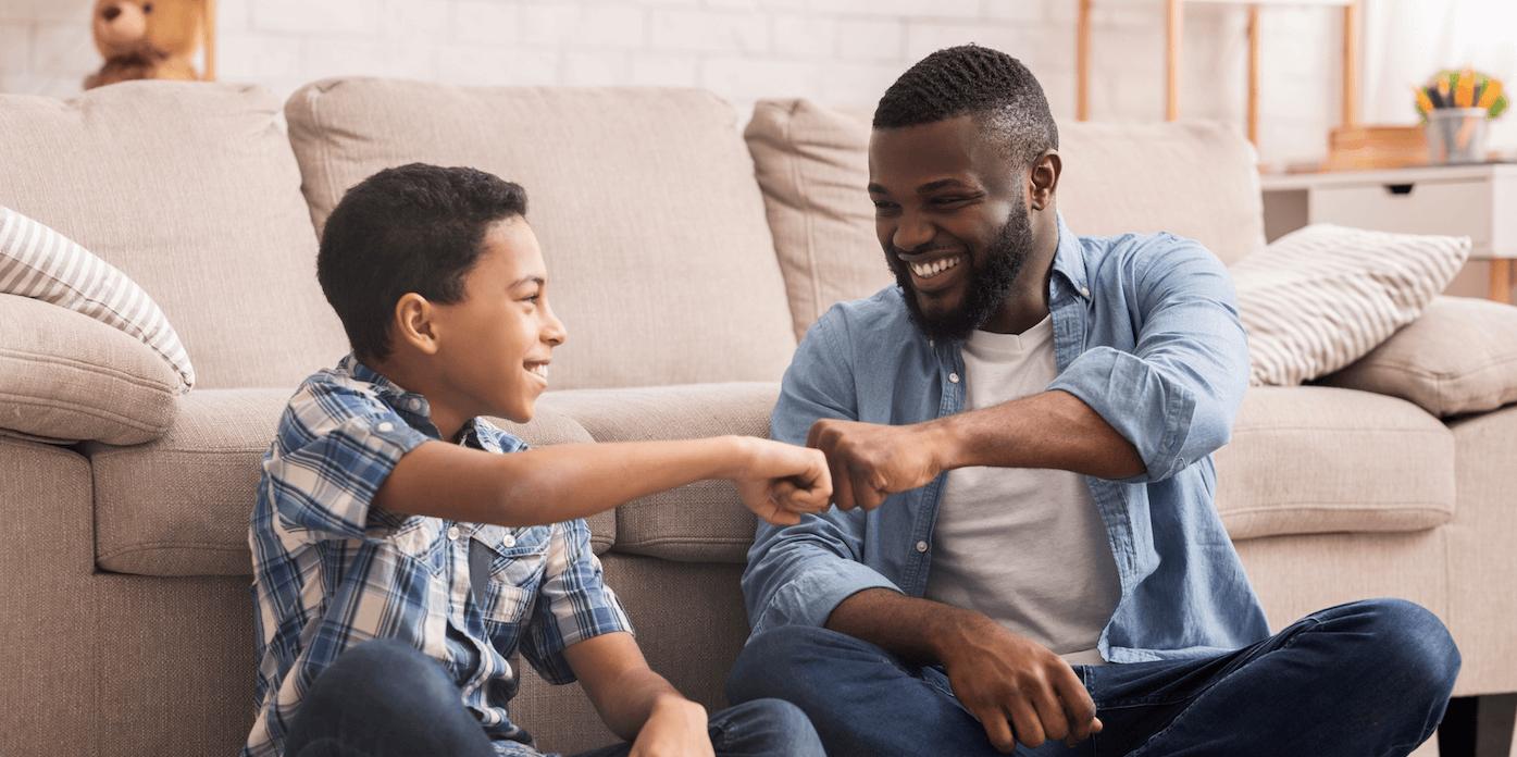 Matéria MBD - Dia dos Pais - Alegre preto preteen boy punho batendo com seu pai em casa - palavras-chaves: Ucrânia, Pai, Adolescente, Filho, Afro-americano