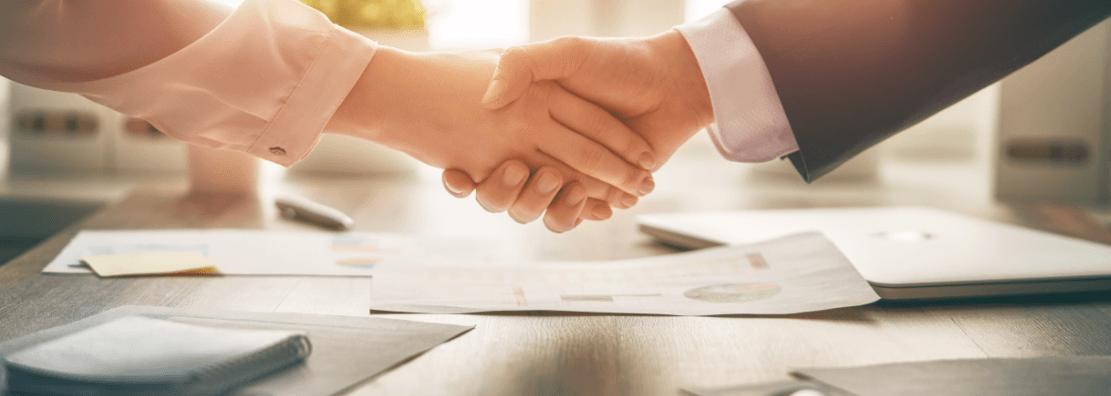 Matéria MBD - Negociação de Dívidas com os Bancos - Capa - Apertando as mãos no escritório - palavras-chaves: Rússia, Dar as Mãos, Mão, Vender, Negócios