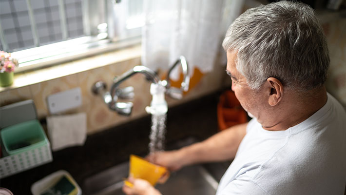 Homem branco lavando a louça 710x400